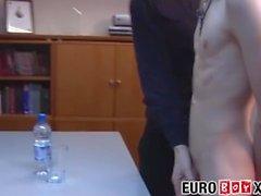 Skinny Euro kietoutuu paljaana toimiston kokouksen aikana
