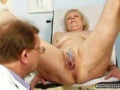 Doutor abusar de uma avó feminino