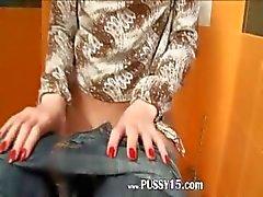 Verbazingwekkend mager zachte meisje op toilet