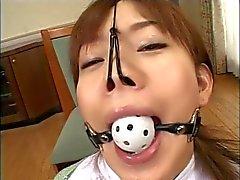 Impresionante chica japonesa obtiene una corrida facial en la escena BDSM
