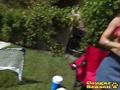 La cougar rousse Janet Mason obtient 2 bites