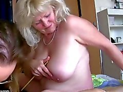 Старая большим толстуха бабка весело проводит время при другого бабуля