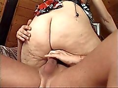 Megera gemisce mentre scopata su un divano