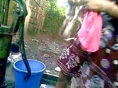 BANGLADESH - Deshi chica de baño al aire libre y grabación