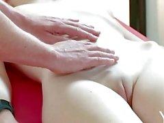 Yonitale : Stunning Emily blomma är ett orgasmic massage