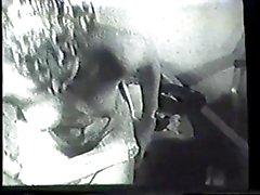 Горячий небритый брюнетку домохозяйка свою киску трахал в винтажном видео