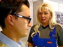 blonde milf neukt anaal in de auto auto markt troia culo