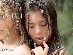 Adolescentes hermosos que en el la lluvia