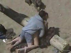 Näve knullar hennes röv på stranden