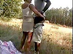 Русый Жена трахает африканский по лесам
