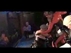 Fünf dominatrixes benutzen Pferdeschwänze auf zwei unterwürfigen Männern