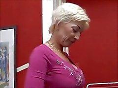 Блондинка мама ебет лучшего друга ее сына Troc