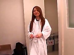 Sakamoto ve onu yuvarlak arse nude sahneleri içerir