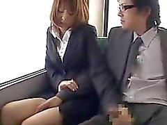 Otobüs kullanarak endekslenmis Japon Girl Sucking The Cock