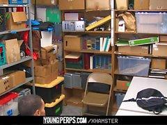 YoungPerps - Dominant säkerhetsvakt slog en rak tjuv