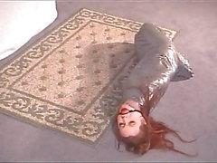 Mumificado Bondage bebê em Silver Tape