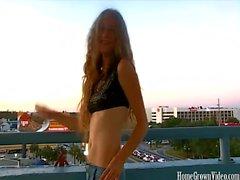 Apparel blondinen Hailey finns den en balcony att kolla in