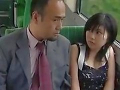 Voyeur Asian Teen Lets Guys Finger Ihre behaarte Pussy auf einem Bus