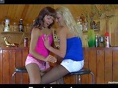 Giovane lesbiche ALLA BARRA stockins abbigliamento mentre scendendo