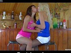 Las lesbianas jovenes en el barra de producen a stockins de desgaste al bajar