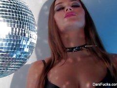 Disco Queen Dani Daniels prende in giro alla telecamera con il suo corpo caldo