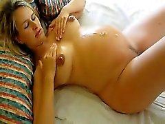 Schwangere Frau fickt und bekommt cummed auf dem Bauch
