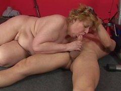 Fatty reife Blondine beugt sich über, um von hinten geschlagen in der Turnhalle