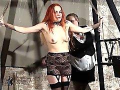 Pelirroja jugar piercing esclavo María