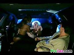 Sexy Blonde lesbianas divierte en una limusina