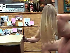 Blonde Bimbo foré par nasty pion mec au pawnshop