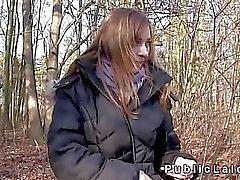 Tschechische Schönheit fickt für Geld im Wald