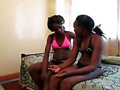 Afrikkalainen lesbot Urbi ja Iverem nauti dildon saatanan