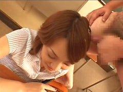 Adorable niña japonesa en la clase sosteniendo el dong de su hombre
