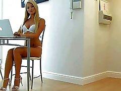 Hete blonde meisje geneukt in keuken