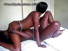 Güzel bir Afro lezzies dilidir 69. birbirini coochies