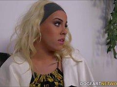 Brooke Summers fica gangbanged por dudes pretos horny em uma carcaça