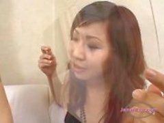 2 Aziatische meisjes likken Glas Kissing zuigen tongen op de bank