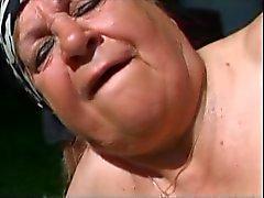 Fat Granny выебанная открытом воздухе