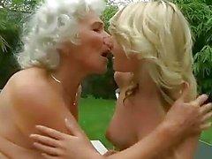 Mamie forte poitrine Horny fucks jeune fille blonde