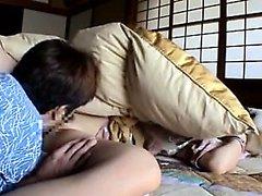 Schlankes asiatisches Mädchen genießt ein intensives Ficken und bekommt ihre Fotze