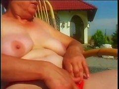 Saggy stora tuttar utomhus granny sex