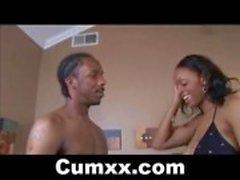 Hot Busty Ebony zuigen en Tit Fucked