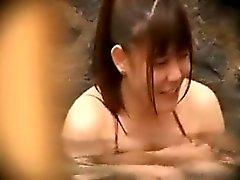 Genç Asya güzelliği, küçücük göğüslerini ve kıllı kedisini ortaya koyuyor