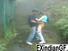 Indiskt för flicka ger head och knullas utomhus