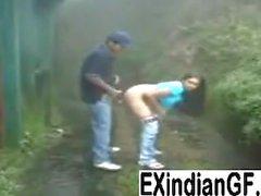 Menina indiana que dá a cabeça e ficar fodido ao ar livre
