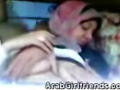 Perv se burla de su gf Arab aficionados en frente de su nueva cámara