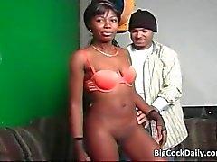 Sexy ebony chick zuigt grote pik en krijgt