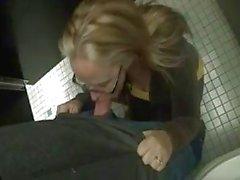 Frau hart für Bruch im Mall Bad fickt