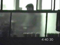 Мальчик пойманный прикасаясь Дика в ночное на балконе