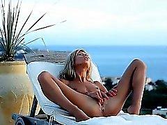 Mega del muchacha flaca que vibra en la tumbona